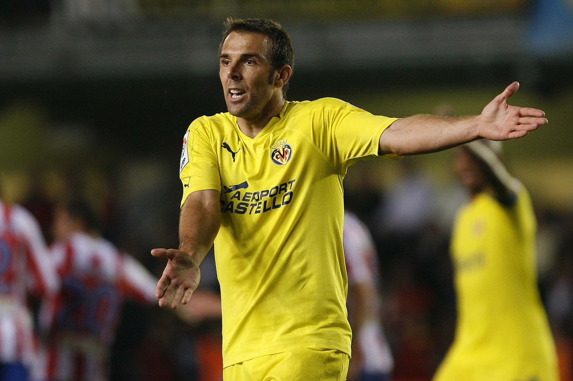 Villarreal's Carlos Marchena protests during their Spanish first division soccer match against Atletico Madrid at the Madrigal Stadium in Villarreal October 24, 2010. REUTERS/Heino Kalis (SPAIN - Tags: SPORT SOCCER)
