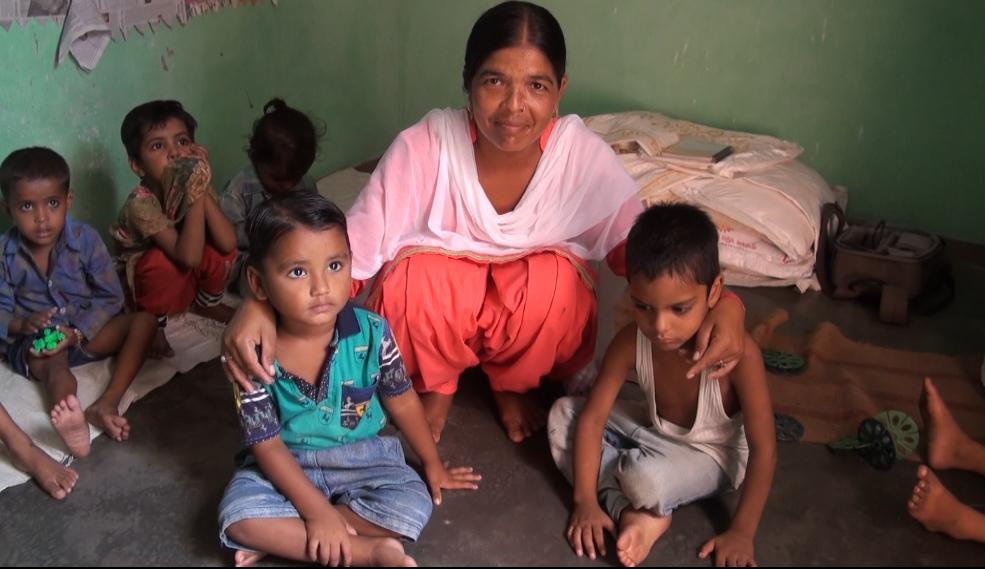 ഹിന്ദുവായ മാനവിനേയും മുസ്ലിമായ നോര്മാനേയും ഒരുമിച്ച് ഇരുത്തി പഠിപ്പിക്കുന്ന ഊര്മിള